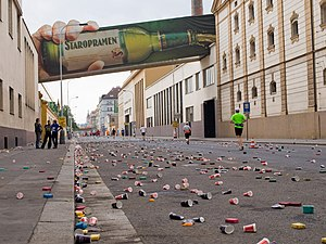 Pohozené kelímky na trase Pražského maratónu