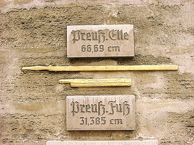 Preussische Elle und Preussischer Fuss an Rathaus.jpg