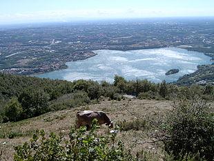 Vista del Lago di Pusiano dal Monte Cornizzolo diviso a metà con la Provincia di Como.