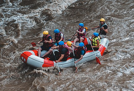 https://upload.wikimedia.org/wikipedia/commons/thumb/7/7e/Rafting_cheremosh.jpg/465px-Rafting_cheremosh.jpg