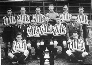 1937 FA Cup Final - The Sunderland 1937 FA Cup-winning team with the trophy.