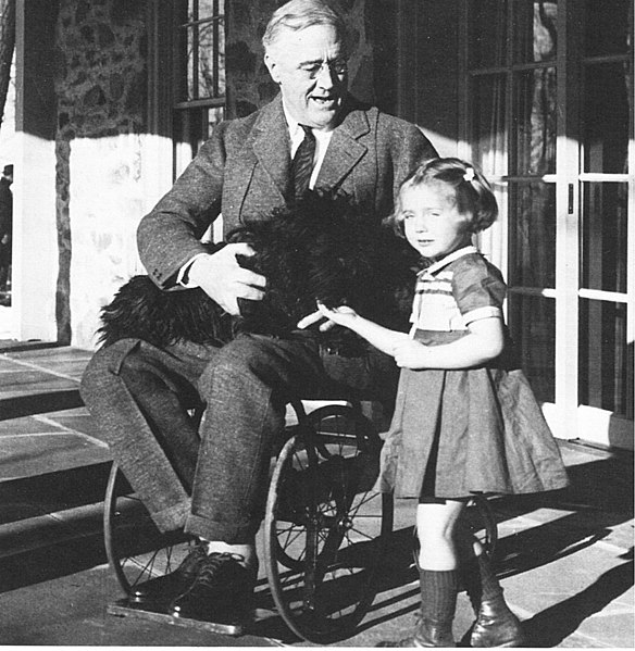 Topic Officiel : 1930 - Page 8 584px-Rooseveltinwheelchair