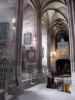 Südlicher Chorumgang im Freiburger Münster mit Eingang zur Bischofsgruft und Chororgel.jpg