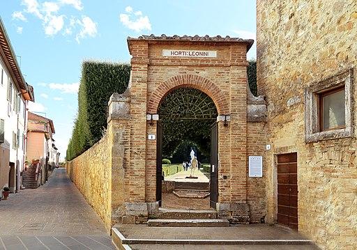 San quirico d'orcia, horti leonini, ingresso e mura 02