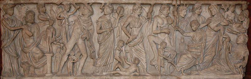 Création de l'homme par Prométhée. Parmi les personnages, on peut reconnaître (de gauche à droite) Athéna casquée, Hermès et son pétase ailé, deux Moires (probablement Lachésis et Clotho), Poséidon et son trident, Artémis au croissant de lune et probablement Atropos. Sarcophage romain, v. 240 ap. J.-C.
