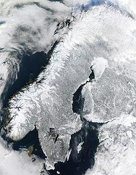 Image satellite de la péninsule scandinave enneigée.