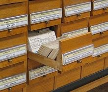 """Le catalogue des sujet (""""Schlagwortkatalog"""") de la Bibliothèque de l'université de Graz. La fiche montrée contient la référence à un texte de Hans Schleimer définissant les règles de classification de ce catalogue."""