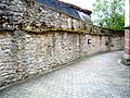 Schwieberdingen-Kirchhof im Osten mit Kirchhofmauer (mit Steinbrüstung und Konsolplatten sowie Schießscharten)-17092006.jpg