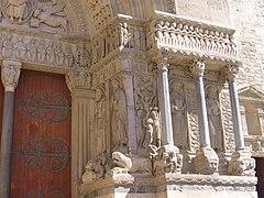 St-Trophime portail droit.jpg