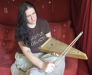 Bowed psaltery - Image: Streichpsalter spielerin
