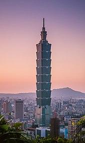 Fotografie věže Taipei 101 proti modré obloze.