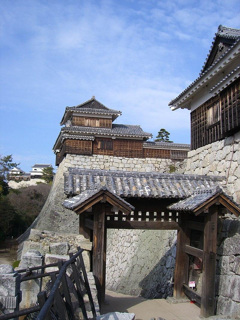 松山城戸無門(重要文化財)と太鼓櫓