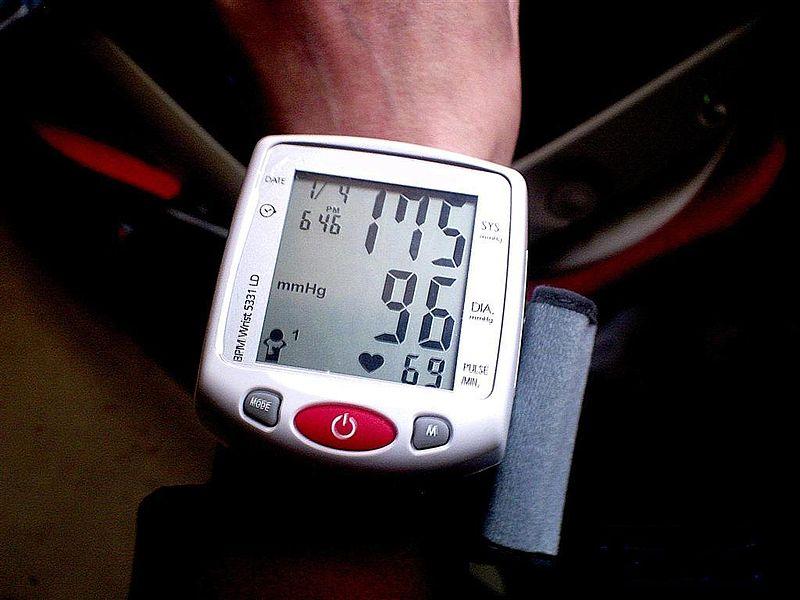 File:Tensiomètre électronique poignet.jpg Description Français : tensiomètre électronique en mesure directe sur poignet