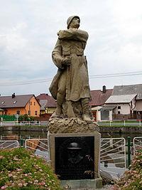 Tlumačov, socha vojáka.jpg