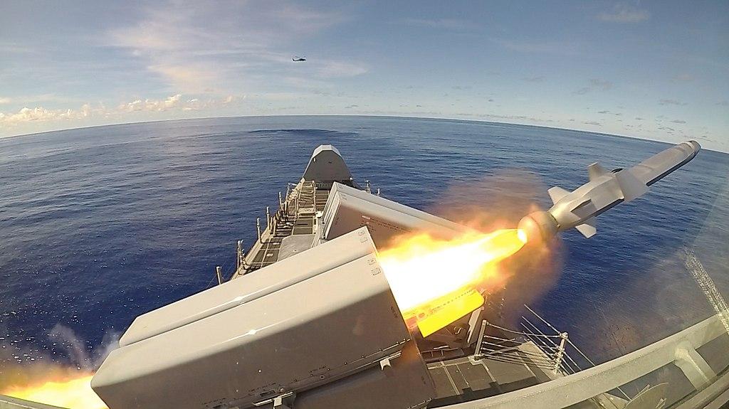 La USS Gabrielle Giffords (LCS 10) lancia un missile d'attacco navale (NSM) durante l'esercizio Pacific Griffin.  (48831412138) .jpg