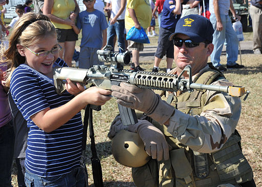 http://upload.wikimedia.org/wikipedia/commons/thumb/7/7e/US_Navy_091107-N-6214F-008_A_Navy_SEAL_shows_a_child_an_M4_carbine_during_the_2009_Veterans_Day_Ceremony.jpg/512px-US_Navy_091107-N-6214F-008_A_Navy_SEAL_shows_a_child_an_M4_carbine_during_the_2009_Veterans_Day_Ceremony.jpg