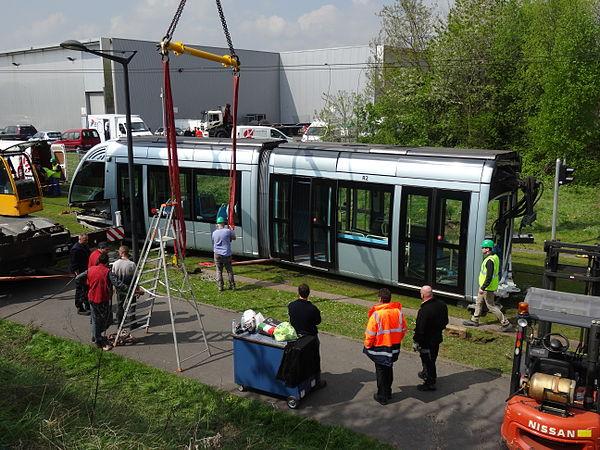 Valenciennes & Anzin - Déraillement de la rame de tramway n° 17 à la sortie du dépôt de Saint-Waast le 11 avril 2014 (056).JPG