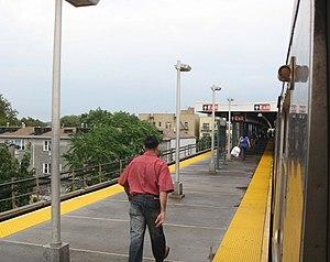 Van Siclen Avenue (BMT Jamaica Line) - Image: Van Siclen J BMT platform jeh
