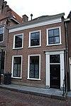 foto van Huis met eenvoudige lijstgevel met deuromlijsting door pilasters en in de verdieping schuiframen