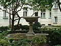 Warszawa, Rozbrat 34-36, fontanna.jpg