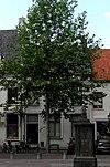 foto van Huis met eenvoudige gepleisterde gevel met rechte kroonlijst