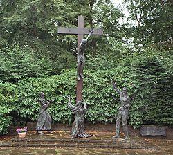 Kreuzigungsgruppe in Vossenack in Erinnerung an die Opfer der Kampfhandlungen