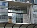 Windfenster im Freiburger Hauptbahnhof mit Verbindungssteg 3.jpg