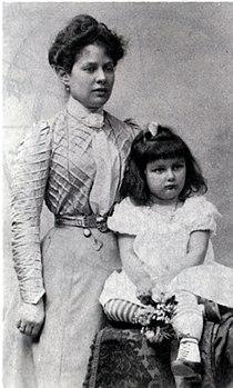 Zoe mit Mama Rosa nach 1900.jpg