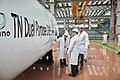 (사진)세아베스틸 군산 원자력 공장에서 생산된 CASK를 오라노TN 관계자가 살펴보고 있다.jpg