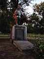 Братська могила, с.Леніна, скульптура з надмогильним каменем.JPG