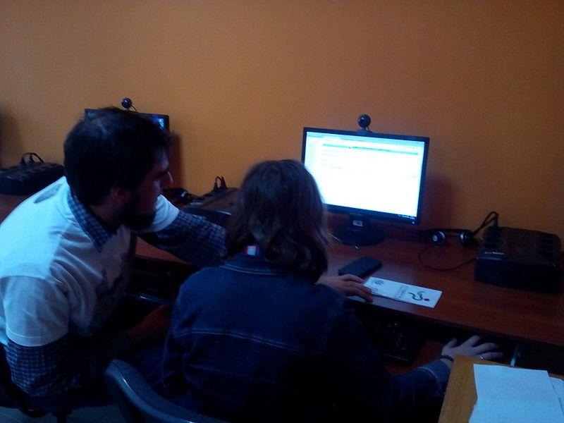 Досвідчений вікіпедист Leonst допомагає учасниці вікімарафону з оформленням статті. Автор фото — Вальдимар