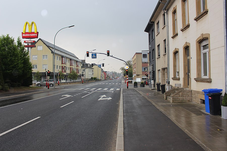 На улице Арлон (Route d'Arlon) около Макдональдса