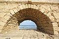 מבט לים דרך אחת הקשתות באקוודוקט - קיסריה.jpg