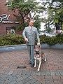פסלו של מוריס פרנק וכלבו בודי במרכז העיירה מוריסטאון, ניו ג'רזי 2013-07-29 00-43.jpg