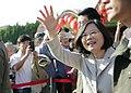 01.29 總統抵新竹義民廟,向等候的民眾揮手致意 (32542934876).jpg