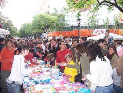 Puesto callejero de venta de libros el Día de Sant Jordi, en la Rambla de Cataluña de Barcelona