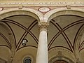 110 Església de Sant Sadurní, pl. Mossèn Salvans (Sant Sadurní d'Anoia), columna i volta del porxo.jpg