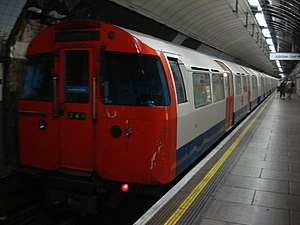 Ein Zug vom Typ 1967 Tube Stock in der Station Green Park