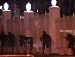 1992 Venezuelan coup d'état attempts - MBR-200 troops running outside of the walls of Miraflores Palace.