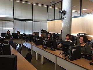 Συμμετέχουσες μπροστά από τους υπολογιστές που χρησιμοποιήθηκαν