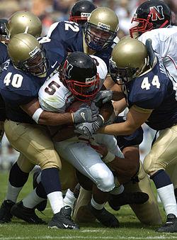 5f3d16ccf6 Quando um jogador leva um tackle e cai no chão é marcado um down.