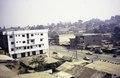 ASC Leiden - van Achterberg Collection - 1 - 045 - Une avenue commerciale. Un panorama avec des toits en tôle ondulée et des bâtiments en pierre - Bamenda, Cameroun - 6-12 février 1997.tif