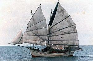 navire à trois voiles de type jonque. On remarque la structure des voiles avec les lattes de raidissement .
