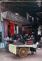Al-Fayyum-02-Dattelverkaeuferin-Eingang zum Markt-1982-gje.jpg
