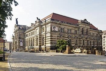 Albertinum (dcha.) y cuartel de la policía (izda.)