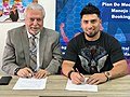 Alexx1 y don alvaro firman contrato.jpg