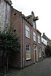 foto van Huis met gepleisterde gevel met in de middenpartij topgevel met hijsbalk