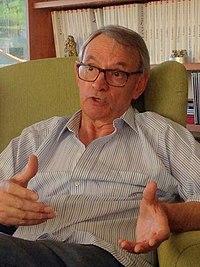 Antón Costas na súa casa de Matamá durante a entrevista (cropped).jpg