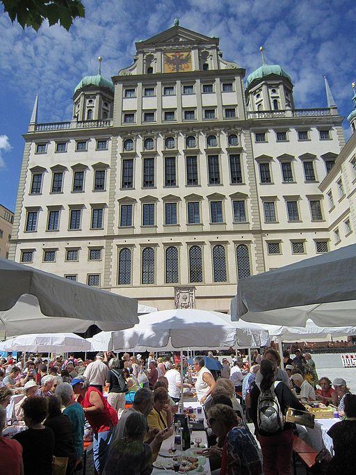 Augsburg Friedenstafel vor dem Augsburger Rathaus (Augsburger Hohes Friedensfest)