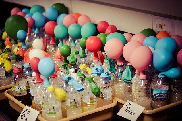 Kvasinky pri kvasení uvoľňujú oxid uhličitý - balónik sa nafúkne
